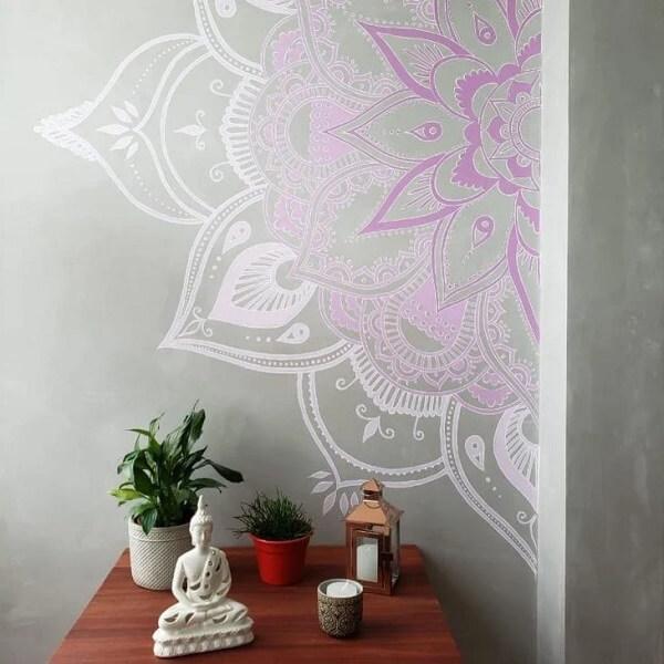 Mandala pintada na parede complementa a decoração indiana do ambiente. Fonte: Soffitto Arquitetura