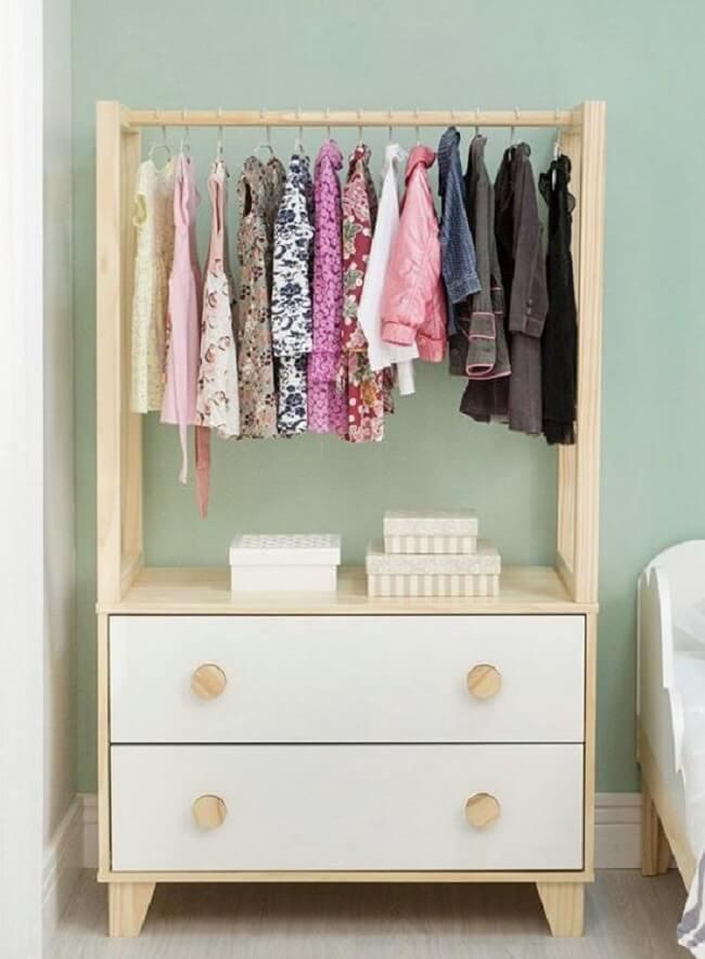 Mantenha a organização no quarto das crianças com a arara de madeira. Fonte: Pinterest