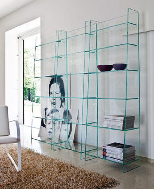 Mantenha o ambiente organizado com estante de vidro para livros. Fonte: Pinterest
