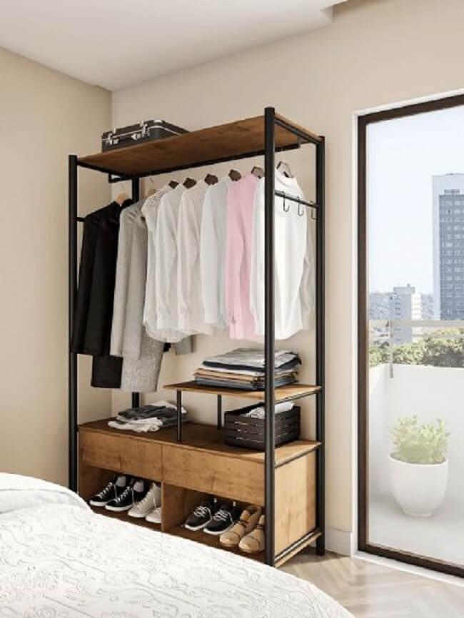 Mantenha o quarto organizado com a arara de madeira com gaveta. Fonte: Pinterest