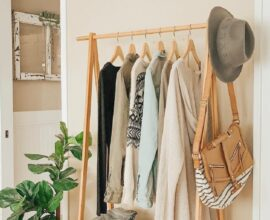 Mantenha sua arara de roupas de madeira sempre organizada. Fonte: Pinterest