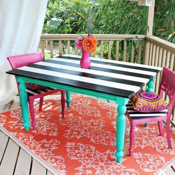 Mesa colorida com cadeiras reformadas