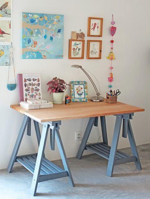 Mesa com cavalete azul e tampo de madeira