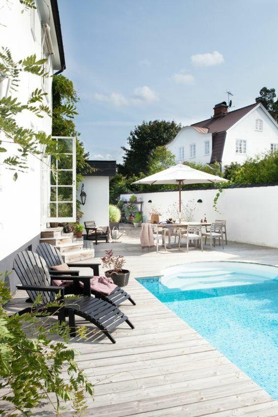 Mesa com guarda sol para piscina grande