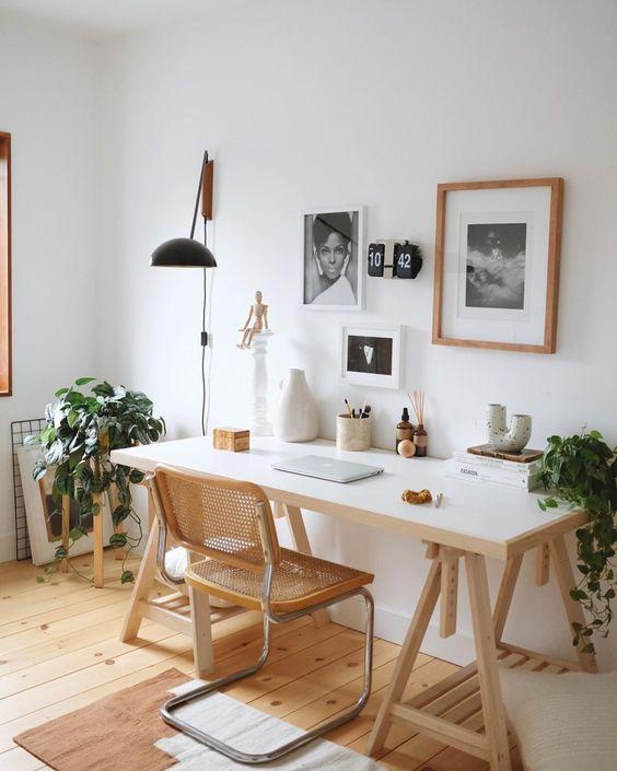Mesa de escritório feita com cavalete e cadeira rústica