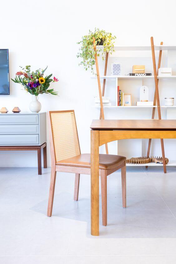 Mesa de jantar com cadeira de palha e mesa de madeira