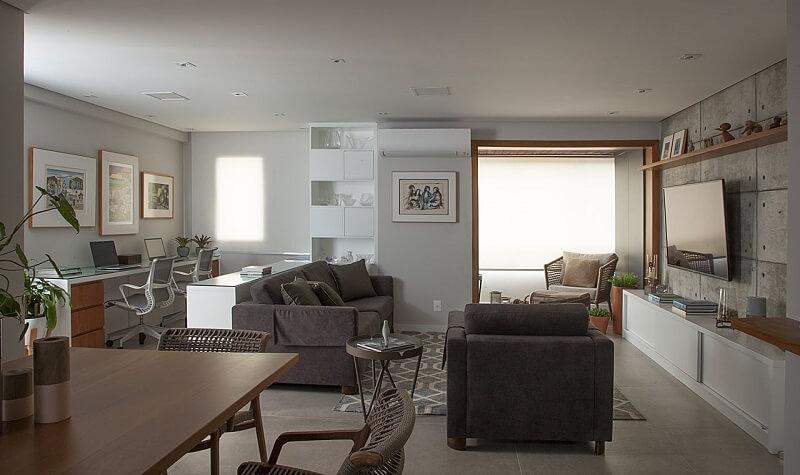 Mesa de jantar de madeira e poltrona de veludo. projeto de bruno Moraes Arquitetura e Interiores