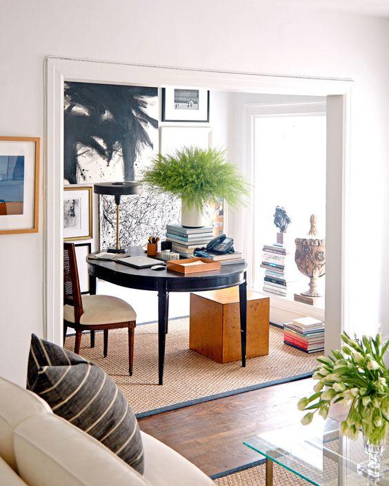 Mesa redonda para home office na sala de estar