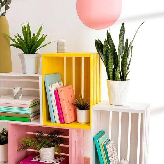 Mini estante colorida feita de caixote
