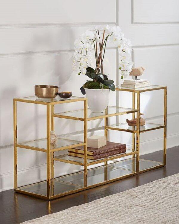 Mini estante de ferro e vidro com acabamento dourado. Fonte: Neiman Marcus