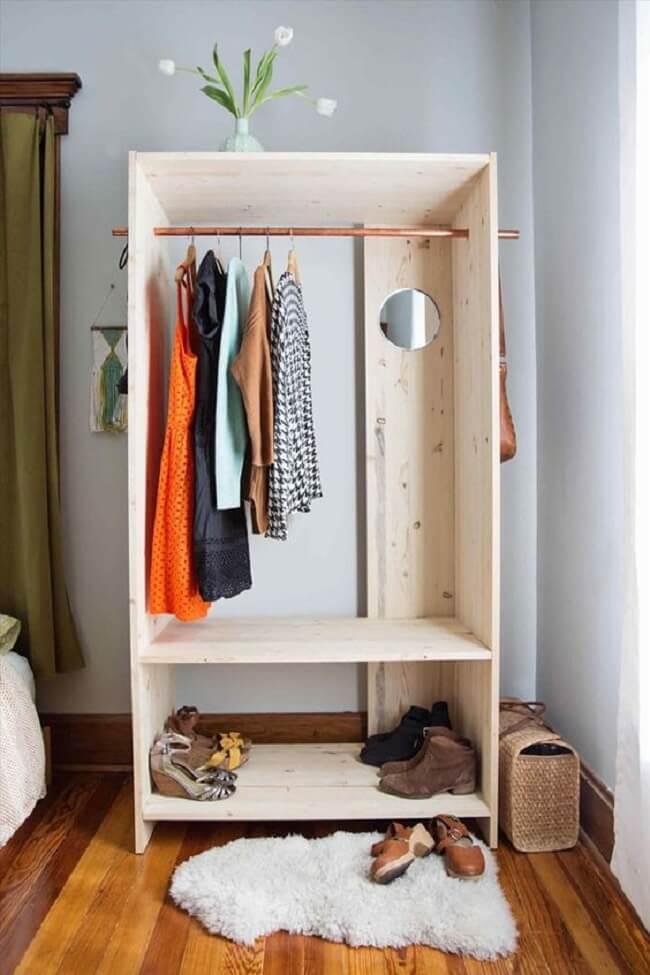Modelo de arara de madeira para economizar na decoração. Fonte: Pinterest