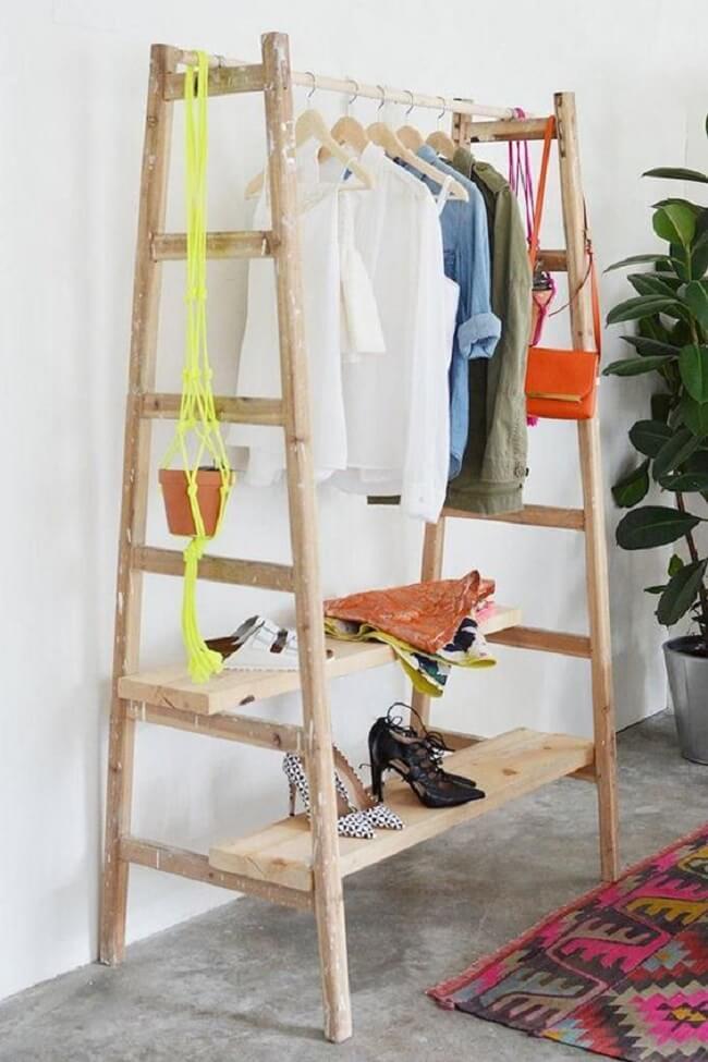 Modelo de arara de roupas de madeira feita com materiais disponíveis em casa. Fonte: Casa de Valentina