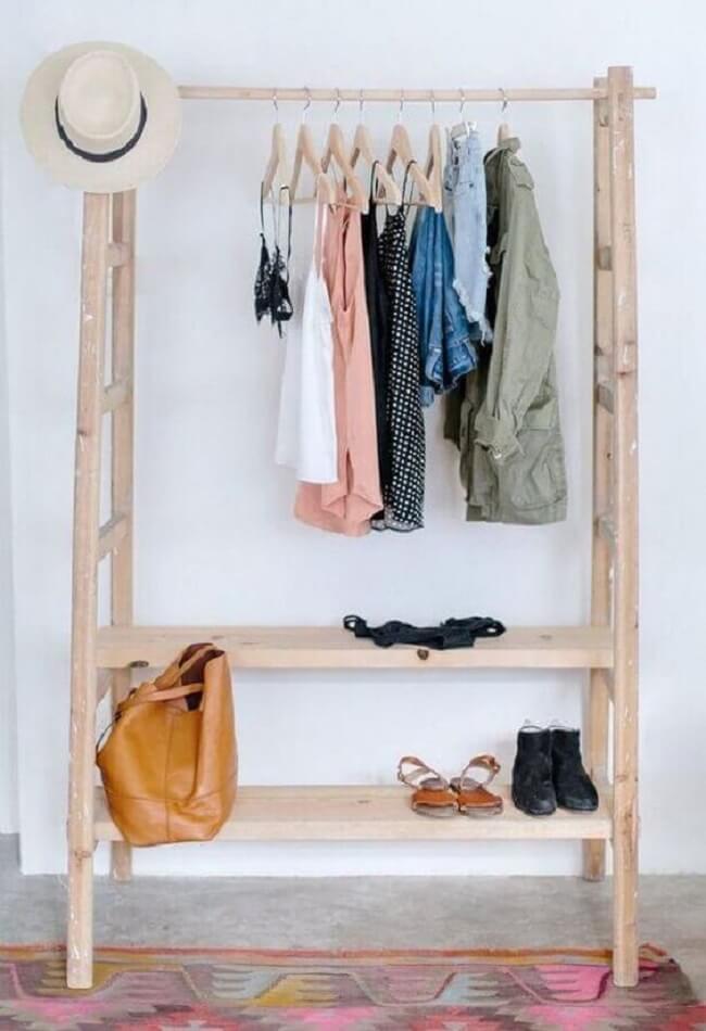 Modelo de arara de roupas de madeira. Fonte: Wild & Pine