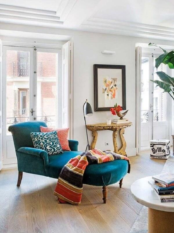 Modelo de divã poltrona azul com manta estampada. Fonte: Micasa Revista