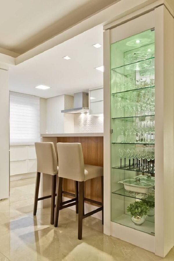 Modelo de estante de gesso com vidro acomoda várias taças e pratarias. Fonte: Homify