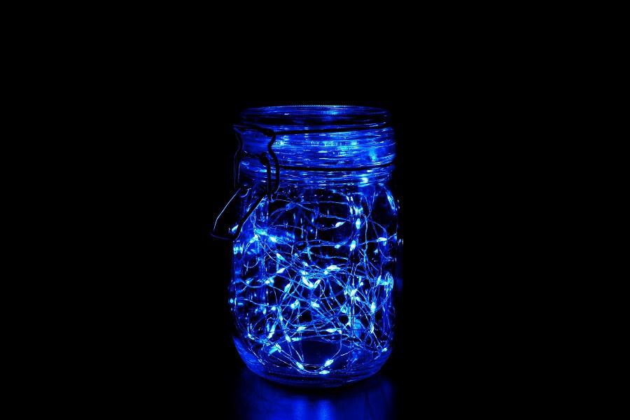 Modelo de luminária colorida feita com pote de vidro e luz azul Foto istockphoto