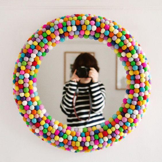 Moldura redonda DIY com bolinhas coloridas ao redor do espelho
