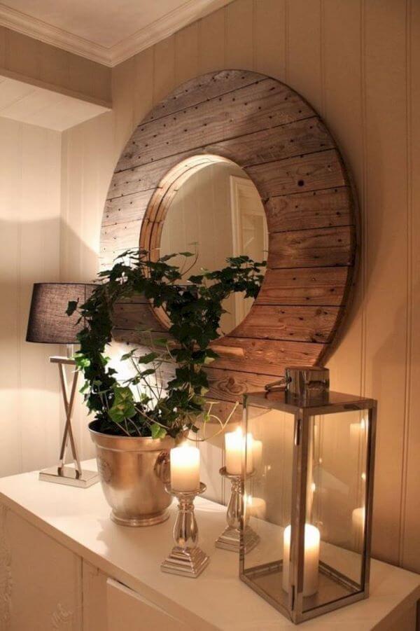 Moldura redonda de madeira na sala de estar rústica