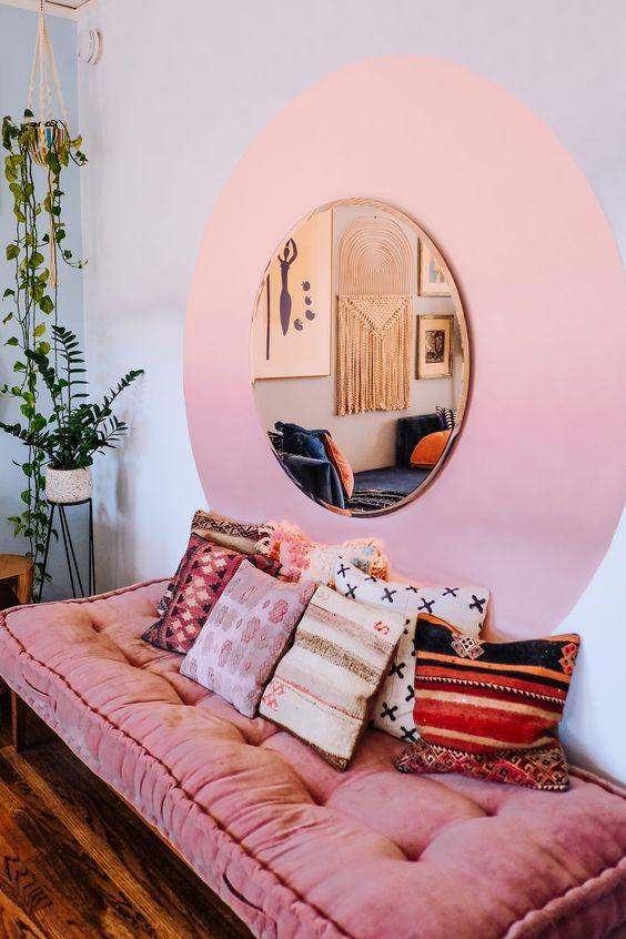 Moldura redonda dourada com pintura redonda na parede