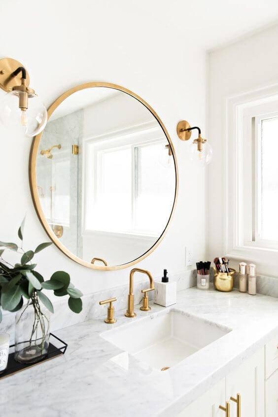 Moldura redonda dourada para banheiro branco e chique