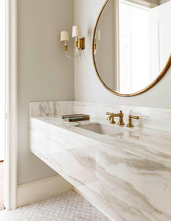 Moldura redonda dourada para banheiro luxuso com pia de marmore