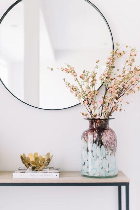 Moldura redonda preta com vaso de flores chique