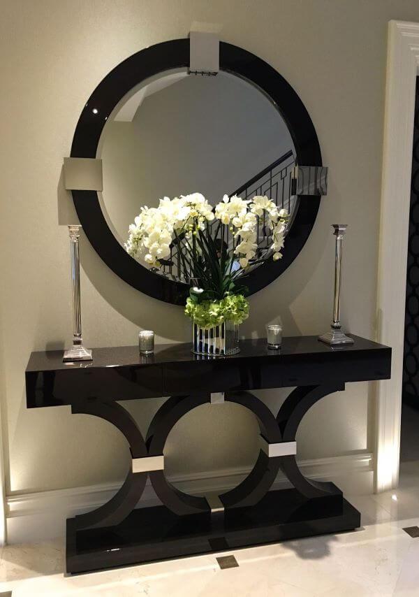 Moldura redonda preta para espelho na sala de estar com aparador preto