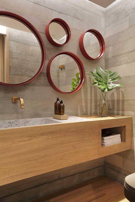 Moldura redonda vermelha para espelhos no banheiro moderno