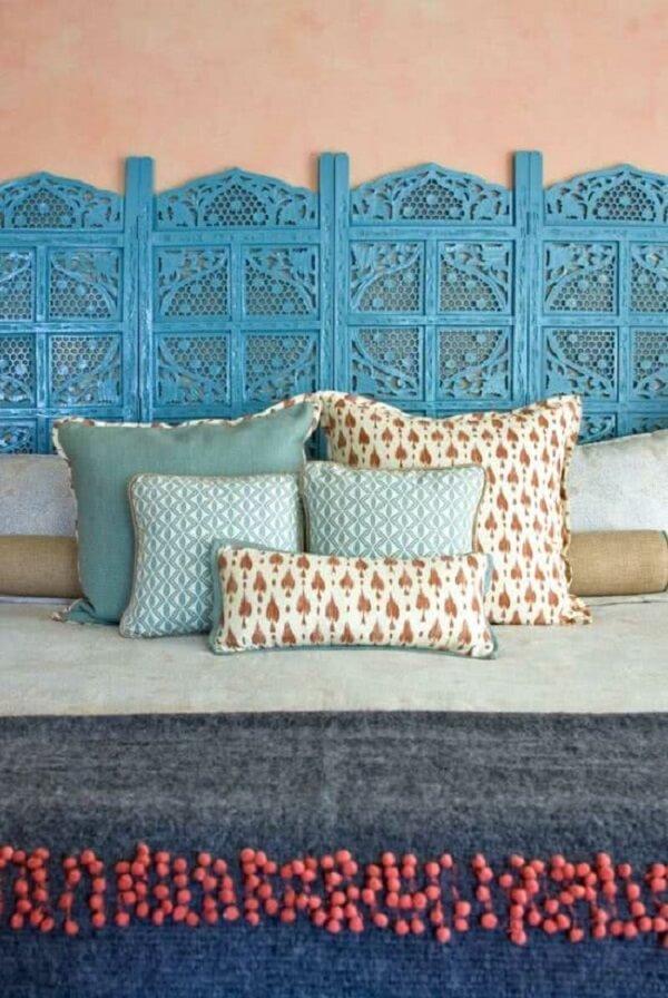 Na decoração indiana deste quarto o biombo de madeira azul virou cabeceira da cama. Fonte: Pinterest