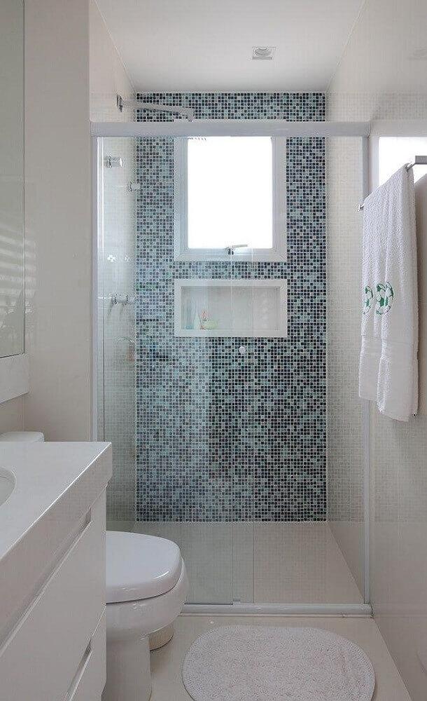 Nicho de embutir para banheiro com parede de estampa azul