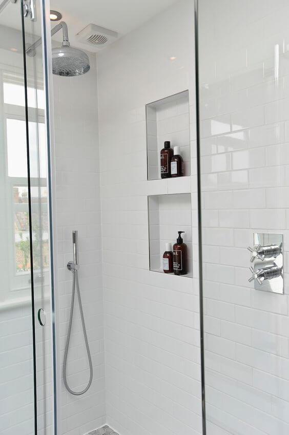 Nicho de embutir para banheiro com revestimento porcelanato para banheiro branco e moderno