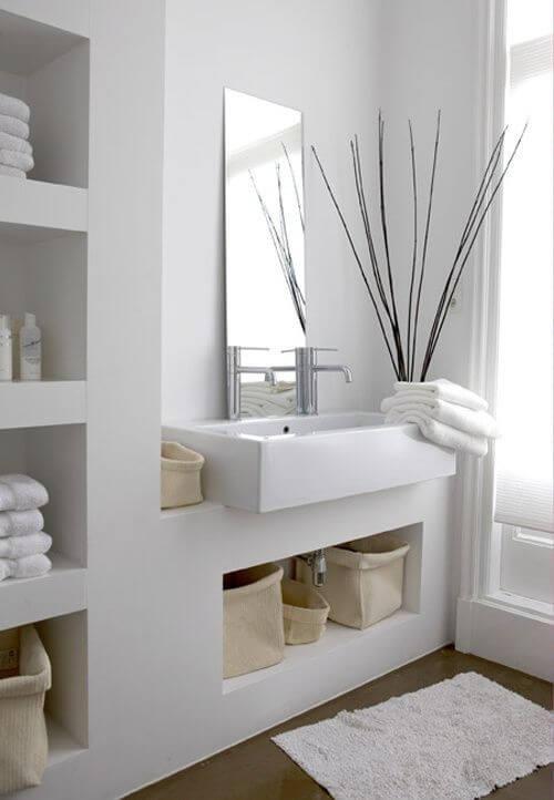 Nicho de embutir para banheiro organizado e branco