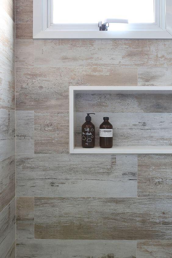 Nicho de porcelanato para banheiro amadeirado