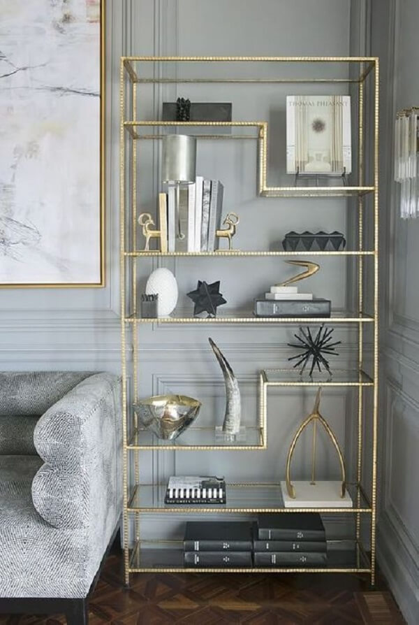 O acabamento em dourado deixa a estante de vidro ainda mais sofisticada. Fonte: Pinterest