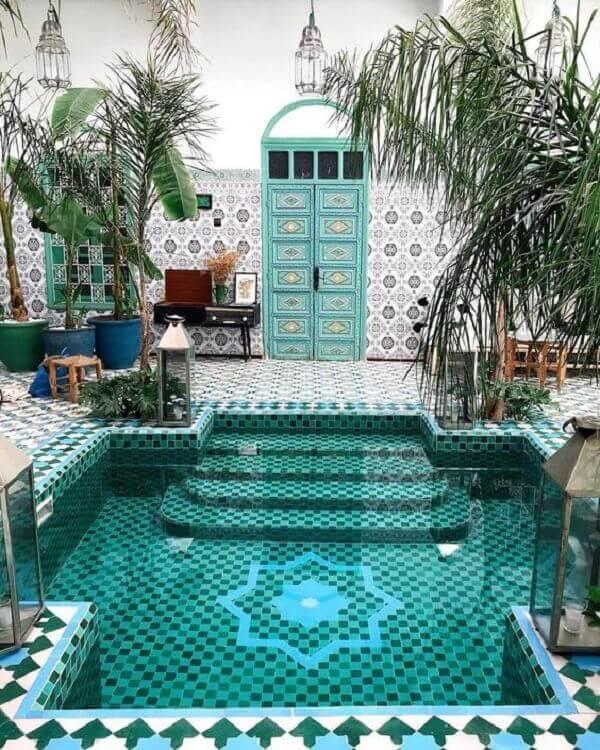 O azulejo para piscina em tons de verde e azul deixou esse projeto deslumbrante. Fonte: Pinterest