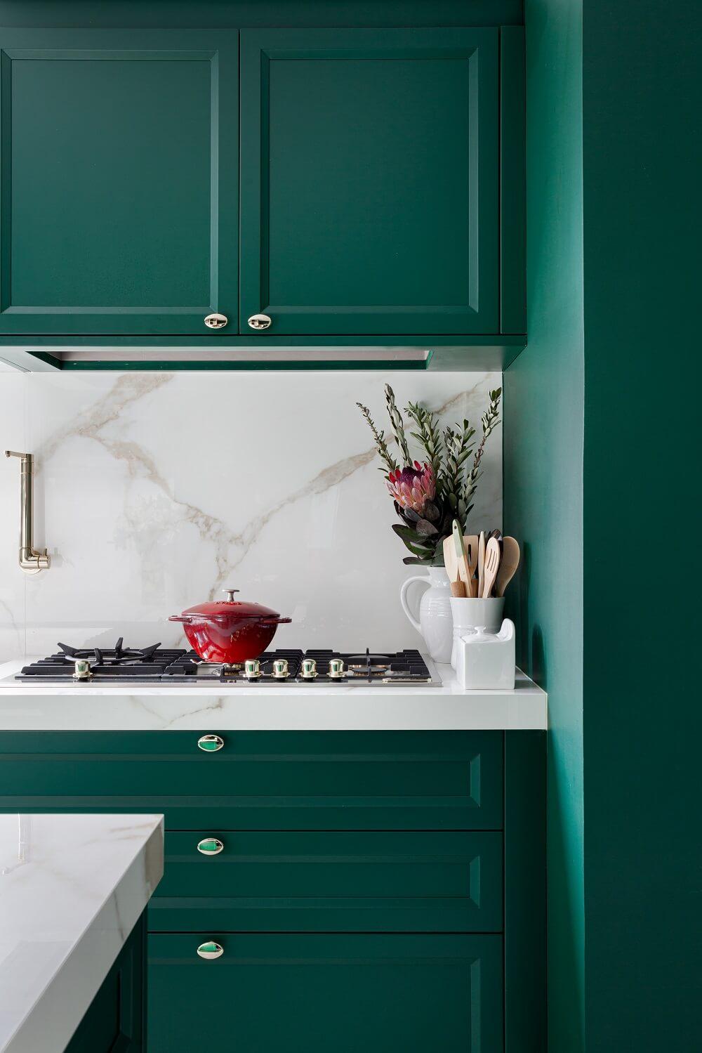O cooktop embutido na bancada deixa a cozinha mais moderna. Foto: Fellipe Lima