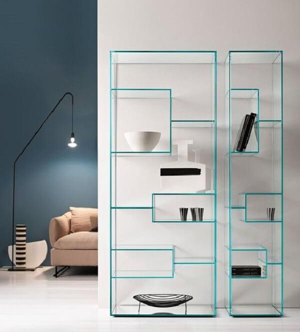 O design da estante de vidro é como uma obra de arte na parede. Fonte: Pinterest