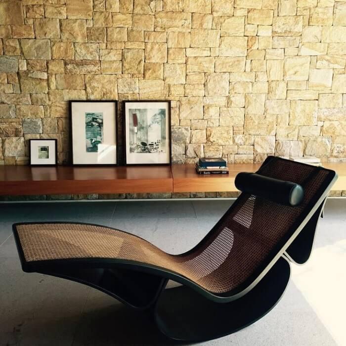 O design dessa poltrona divã não passa despercebido no ambiente. Fonte: Jacobsen Arquitetura