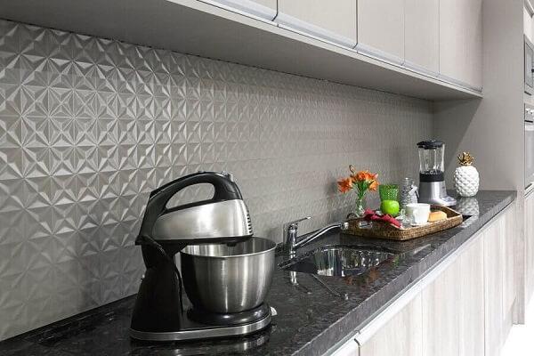 O revestimento cerâmico 3D cinza traz um toque especial e discreto na decoração. Fonte: Pinterest