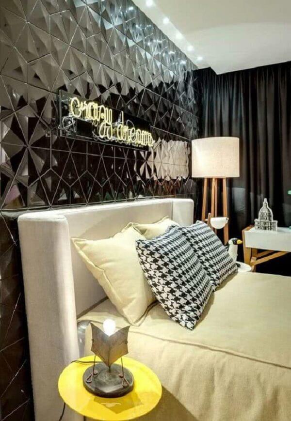 O revestimento cerâmico 3D preto se estende por toda a parede do quarto. Fonte: Pinterest