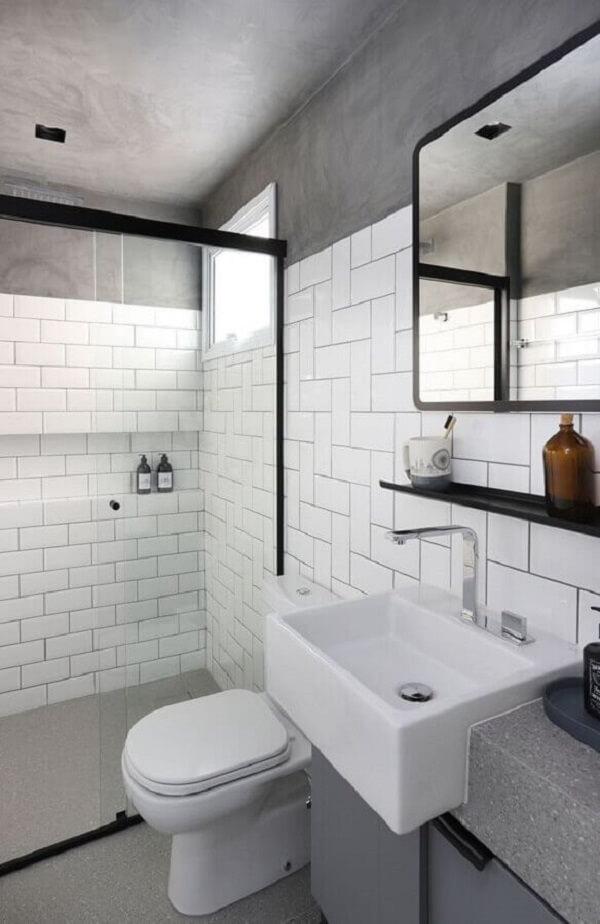 O revestimento cerâmico branco se mistura ao teto em cimento queimado. Fonte: Casa de Valentina