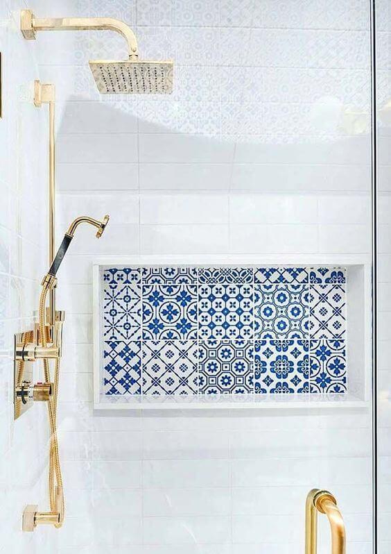 O revestimento cerâmico estampado decora o nicho do banheiro. Fonte: Arkpad