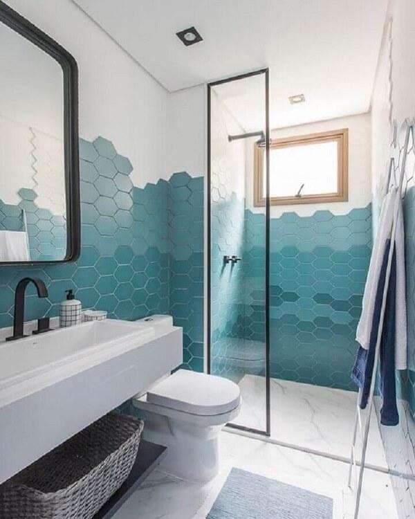 O revestimento cerâmico hexagonal pode preencher parcialmente a parede do banheiro. Fonte: Decor Salteado
