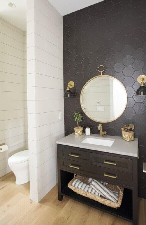 O revestimento cerâmico hexagonal preto combinado aos elementos em dourado traz sofisticação para o banheiro. Fonte: Apartment Therapy
