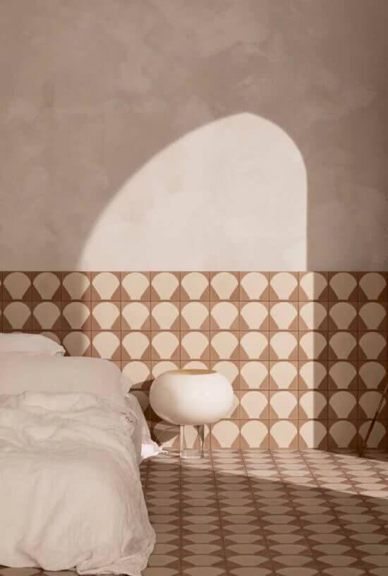 O revestimento cerâmico parede é o mesmo do piso. Fonte: Pinterest