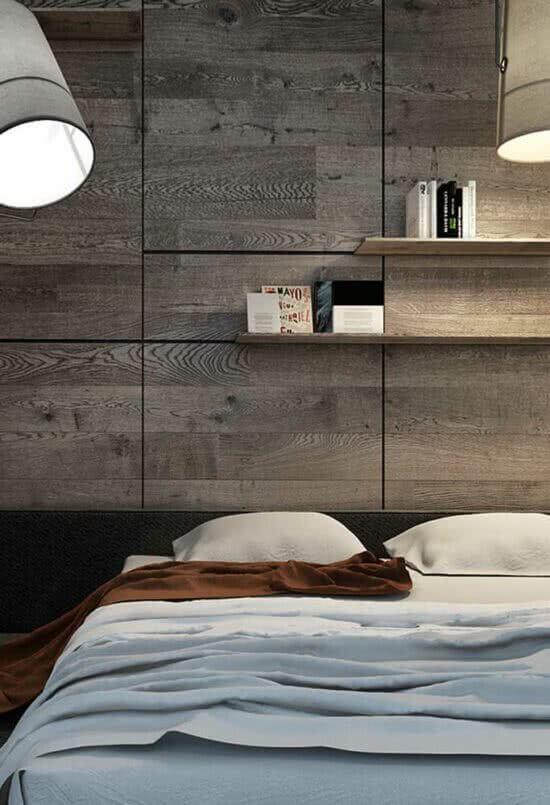 O revestimento cerâmico madeira decora a cabeceira da cama. Fonte: Pinterest