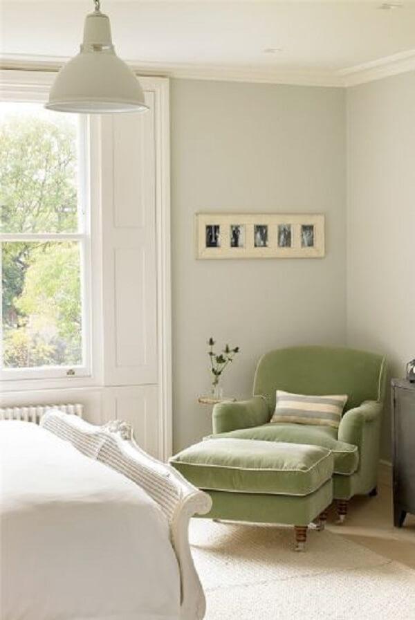 O verde da poltrona divã traz um charme especial para o quarto. Fonte: Pinterest