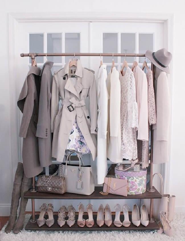 Organize as roupas mais usadas na semana na arara de madeira. Fonte: Pinterest