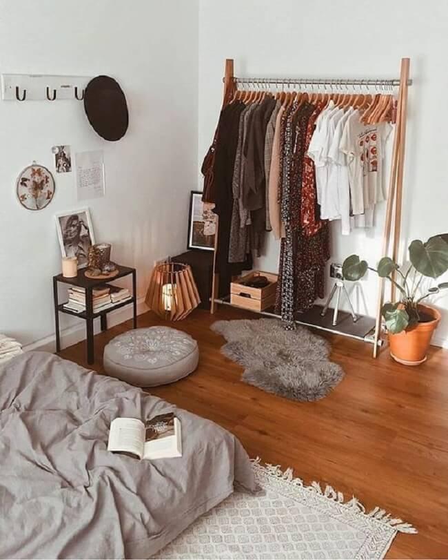 Os cabides de madeira realçam ainda mais a beleza da arara de madeira no quarto. Fonte: Pinterest