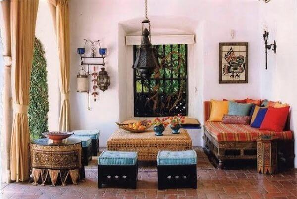 Os móveis baixos também estão presentes no estilo de decoração indiana. Fonte: Pinterest